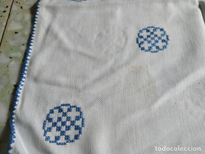 Antigüedades: Antiguo mantel bordado a mano, punto de cruz. 11 servilletas a juego. 73 x 78 cm - Foto 3 - 267812154
