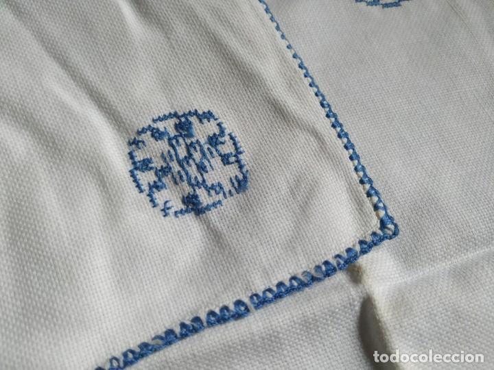 Antigüedades: Antiguo mantel bordado a mano, punto de cruz. 11 servilletas a juego. 73 x 78 cm - Foto 7 - 267812154