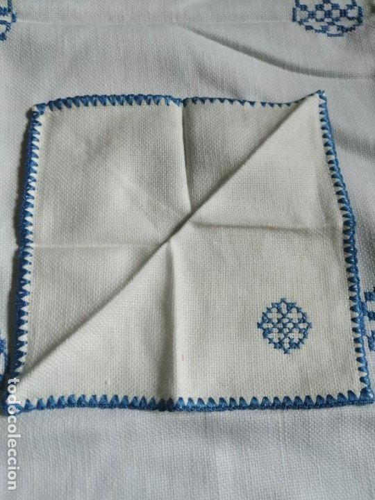 Antigüedades: Antiguo mantel bordado a mano, punto de cruz. 11 servilletas a juego. 73 x 78 cm - Foto 8 - 267812154
