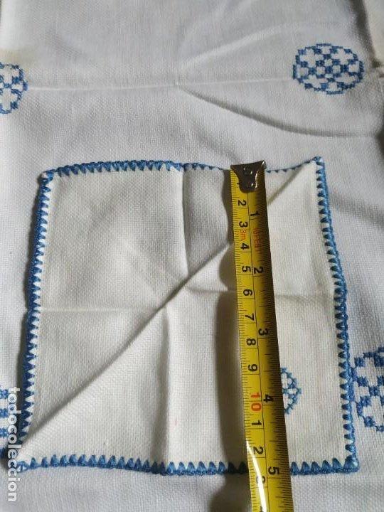 Antigüedades: Antiguo mantel bordado a mano, punto de cruz. 11 servilletas a juego. 73 x 78 cm - Foto 9 - 267812154
