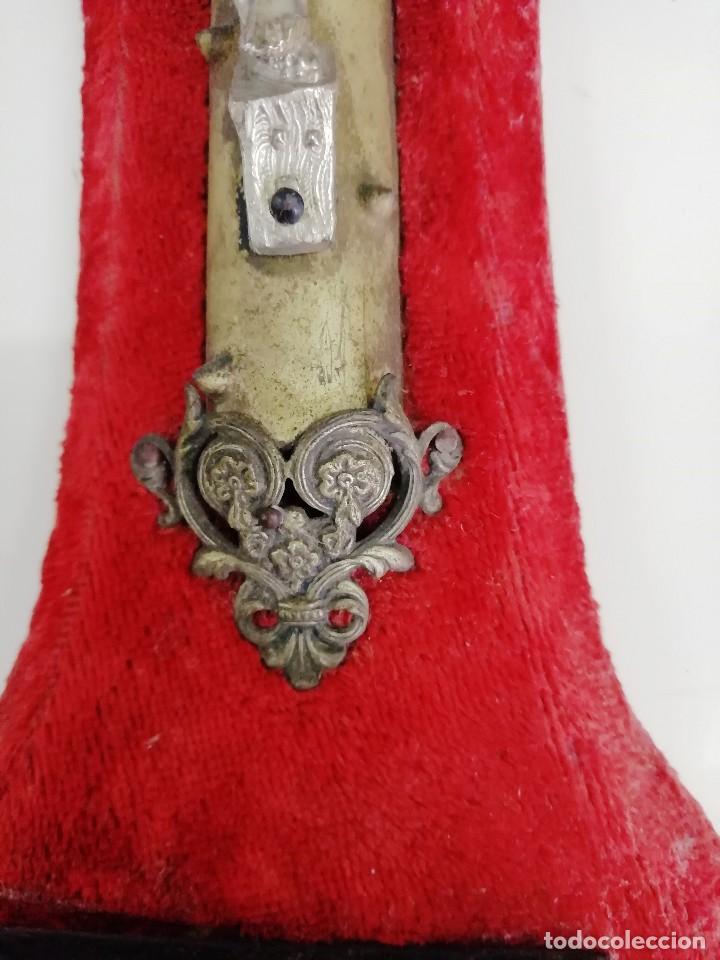Antigüedades: ANTIQUÍSIMA BENDITERA DE METAL SOBRE TERCIOPELO - Foto 3 - 267847799