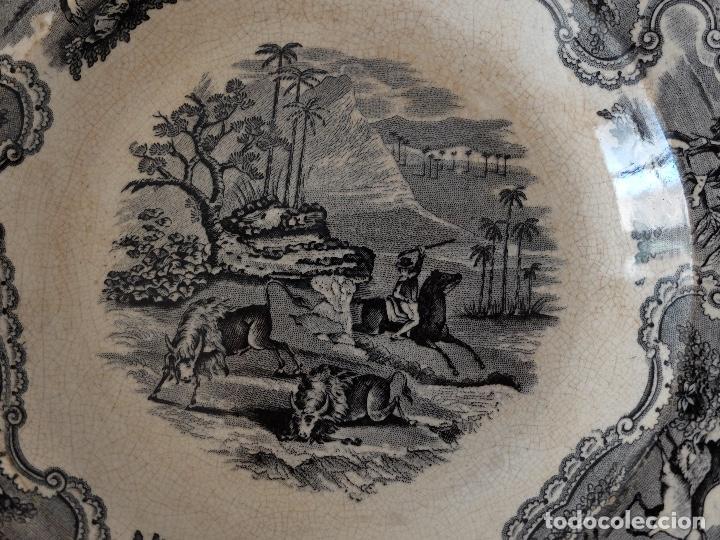 PLATO HONDO DE CERÁMICA LA AMISTAD CARTAGENA, ESCENAS DE CAZA EN ÁFRICA: LEONES, PALMERAS. SIGLO XIX (Antigüedades - Porcelanas y Cerámicas - Cartagena)