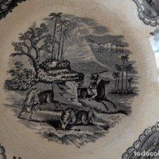 Antigüedades: PLATO HONDO DE CERÁMICA LA AMISTAD CARTAGENA, ESCENAS DE CAZA EN ÁFRICA: LEONES, PALMERAS. SIGLO XIX. Lote 267873269