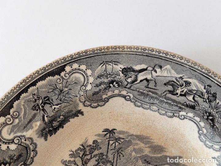 Antigüedades: PLATO HONDO DE CERÁMICA LA AMISTAD CARTAGENA, ESCENAS DE CAZA EN ÁFRICA: LEONES, PALMERAS. SIGLO XIX - Foto 3 - 267873269