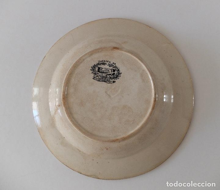 Antigüedades: PLATO HONDO DE CERÁMICA LA AMISTAD CARTAGENA, ESCENAS DE CAZA EN ÁFRICA: LEONES, PALMERAS. SIGLO XIX - Foto 4 - 267873269