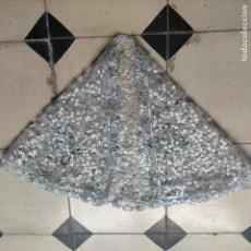 Antigüedades: PRECIOSA TOCA SOMBREMANTO PLATEADA ENCAJE VIRGEN CAPA NIÑO JESUS DE VESTIR 70 X 33 CM SEMANA SANTA. Lote 267875319