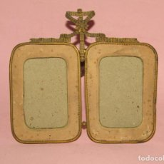 Antigüedades: ANTIGUO PORTAFOTOS DOBLE DE SOBREMESA O PARED EN LATÓN DECORADO - AÑO 1860S.. Lote 267881004