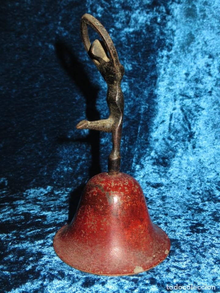 ANTIGUA CAMPANA ANTROPOMORFA ROJA CUERPO DE MUJER BAILARINA HIERRO DISEÑO (Antigüedades - Hogar y Decoración - Campanas Antiguas)