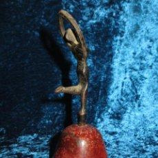 Antigüedades: ANTIGUA CAMPANA ANTROPOMORFA ROJA CUERPO DE MUJER BAILARINA HIERRO DISEÑO. Lote 268040089
