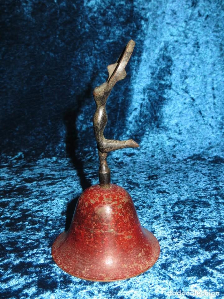 Antigüedades: Antigua campana antropomorfa roja cuerpo de mujer bailarina hierro diseño - Foto 3 - 268040089
