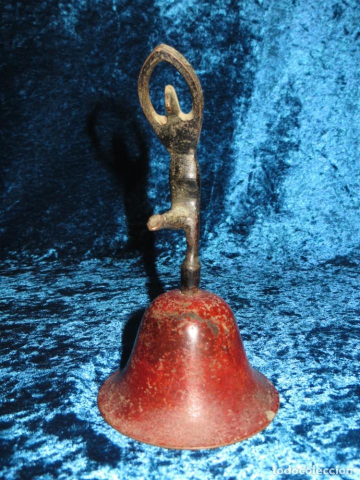 Antigüedades: Antigua campana antropomorfa roja cuerpo de mujer bailarina hierro diseño - Foto 4 - 268040089