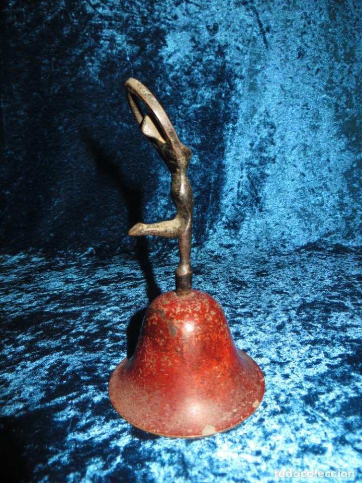 Antigüedades: Antigua campana antropomorfa roja cuerpo de mujer bailarina hierro diseño - Foto 5 - 268040089