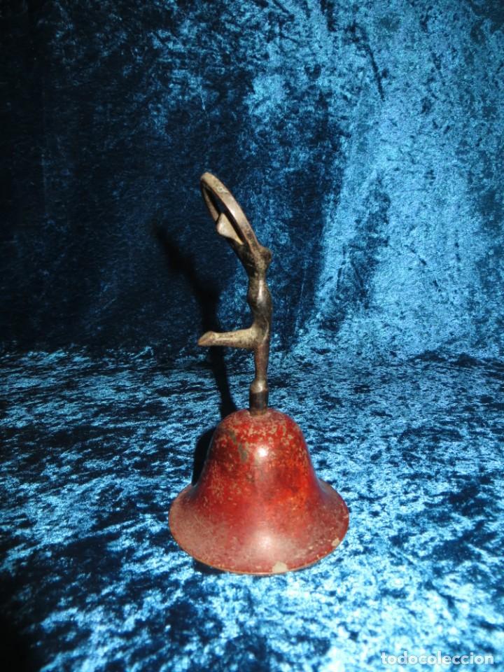 Antigüedades: Antigua campana antropomorfa roja cuerpo de mujer bailarina hierro diseño - Foto 6 - 268040089