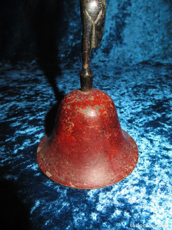 Antigüedades: Antigua campana antropomorfa roja cuerpo de mujer bailarina hierro diseño - Foto 9 - 268040089