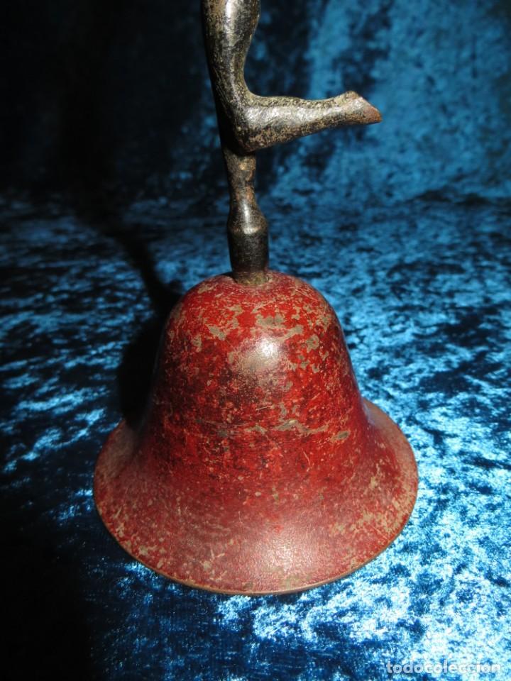 Antigüedades: Antigua campana antropomorfa roja cuerpo de mujer bailarina hierro diseño - Foto 11 - 268040089