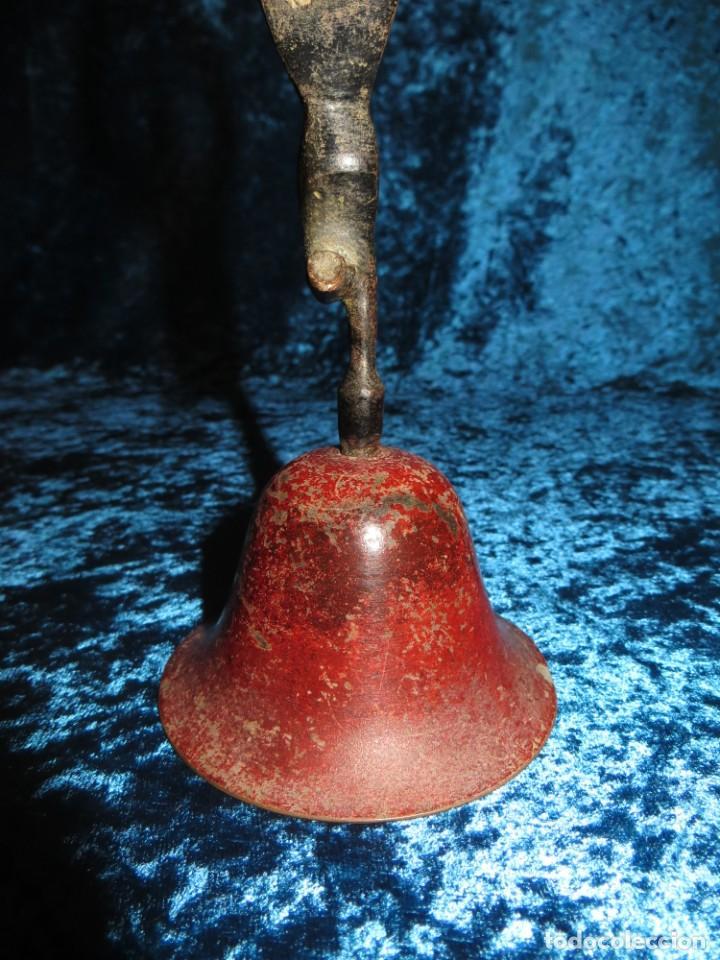 Antigüedades: Antigua campana antropomorfa roja cuerpo de mujer bailarina hierro diseño - Foto 13 - 268040089