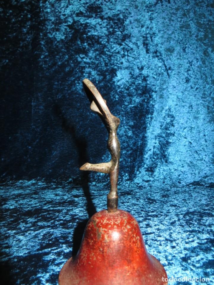 Antigüedades: Antigua campana antropomorfa roja cuerpo de mujer bailarina hierro diseño - Foto 16 - 268040089