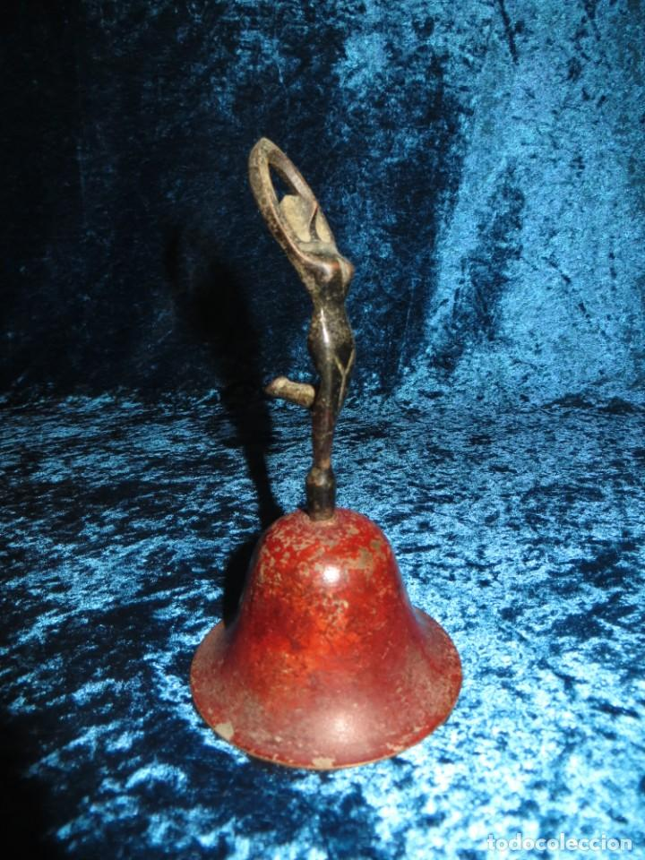Antigüedades: Antigua campana antropomorfa roja cuerpo de mujer bailarina hierro diseño - Foto 17 - 268040089