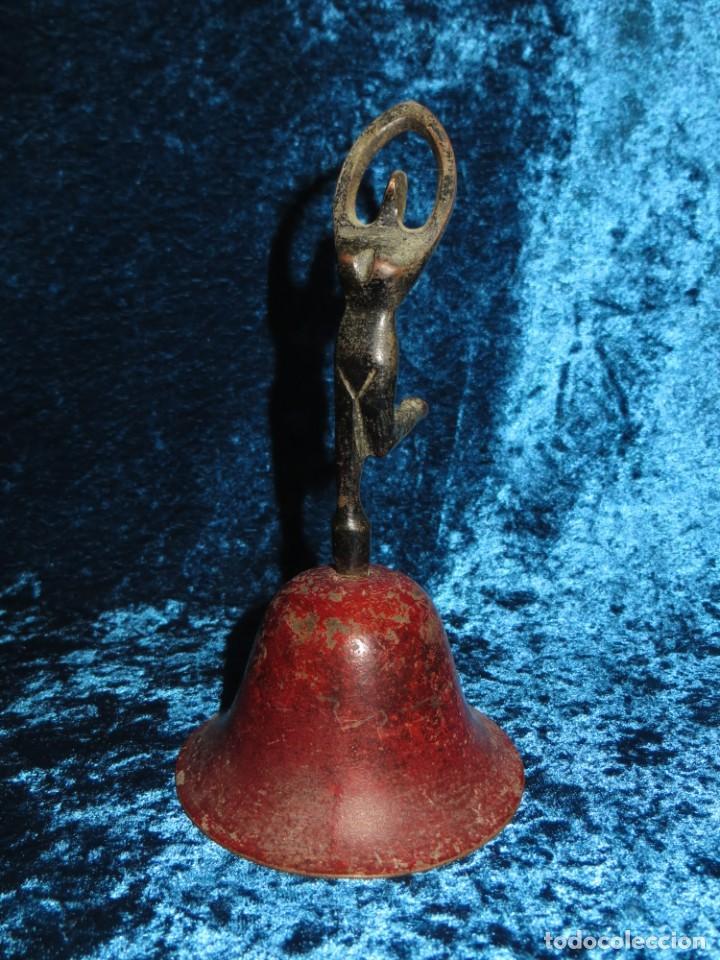 Antigüedades: Antigua campana antropomorfa roja cuerpo de mujer bailarina hierro diseño - Foto 22 - 268040089