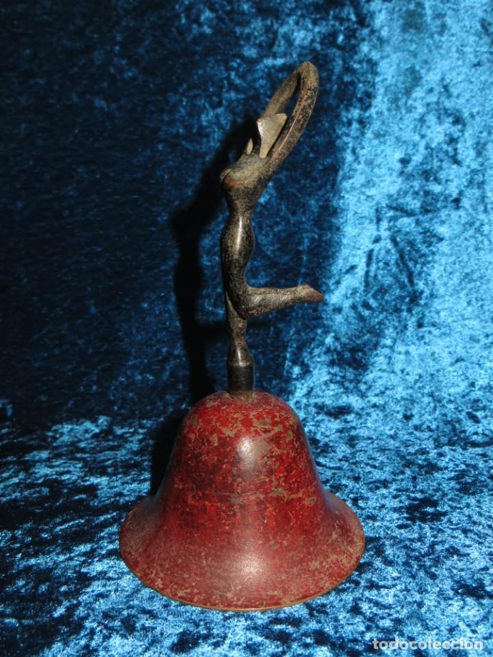 Antigüedades: Antigua campana antropomorfa roja cuerpo de mujer bailarina hierro diseño - Foto 23 - 268040089