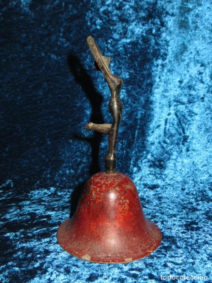 Antigüedades: Antigua campana antropomorfa roja cuerpo de mujer bailarina hierro diseño - Foto 26 - 268040089