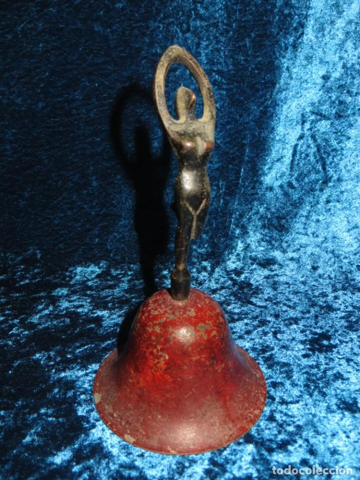 Antigüedades: Antigua campana antropomorfa roja cuerpo de mujer bailarina hierro diseño - Foto 27 - 268040089