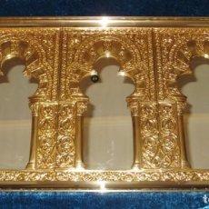 Antigüedades: ANTIGUO ESPEJO ÁRABE ARCOS TRÉBOL TRILOBULADO DORADO METAL REPUJADO MEZQUITA CÓRDOBA. Lote 268040494