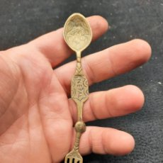 Antiguidades: CUCHARA Y TENEDOR PLEGABLE DE BRONCE FUNDIDO DE NEPAL. Lote 268266734