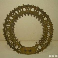 Antigüedades: ANTIGUA CORONA DE LATON CALADO PARA IMAGEN RELIGIOSA.. Lote 268317324