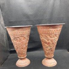 Antigüedades: PAREJA DE FLOREROS DE HIERRO REPUJADO. Lote 268399524