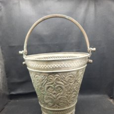 Antiquités: PRECIOSO CUBO DECORATIVO DE METAL REPUJADO. Lote 268404114
