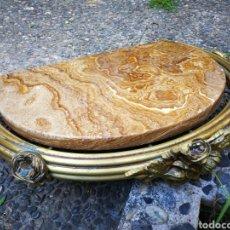 Antiquités: PRECIOSA MÉNSULA PEANA DE BRONCE LATÓN ADORNOS FLORALES Y SOBRE DE MÁRMOL, 50X37CM.. Lote 268427944