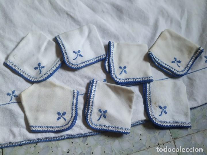 Antigüedades: Antiguo mantel bordado a mano, punto de cruz. 7 servilletas a juego. 122 x 105 cm - Foto 2 - 268439809