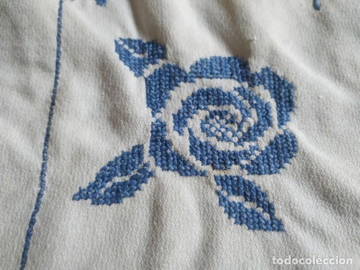 Antigüedades: Antiguo mantel bordado a mano, punto de cruz. 7 servilletas a juego. 122 x 105 cm - Foto 3 - 268439809