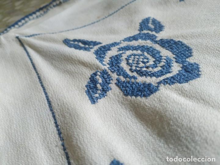 Antigüedades: Antiguo mantel bordado a mano, punto de cruz. 7 servilletas a juego. 122 x 105 cm - Foto 9 - 268439809