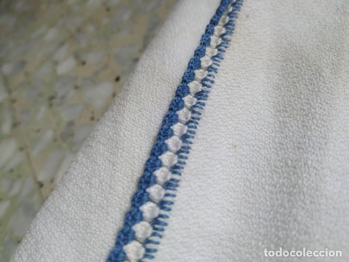 Antigüedades: Antiguo mantel bordado a mano, punto de cruz. 7 servilletas a juego. 122 x 105 cm - Foto 10 - 268439809