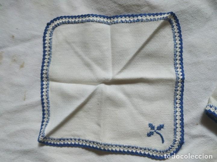 Antigüedades: Antiguo mantel bordado a mano, punto de cruz. 7 servilletas a juego. 122 x 105 cm - Foto 11 - 268439809