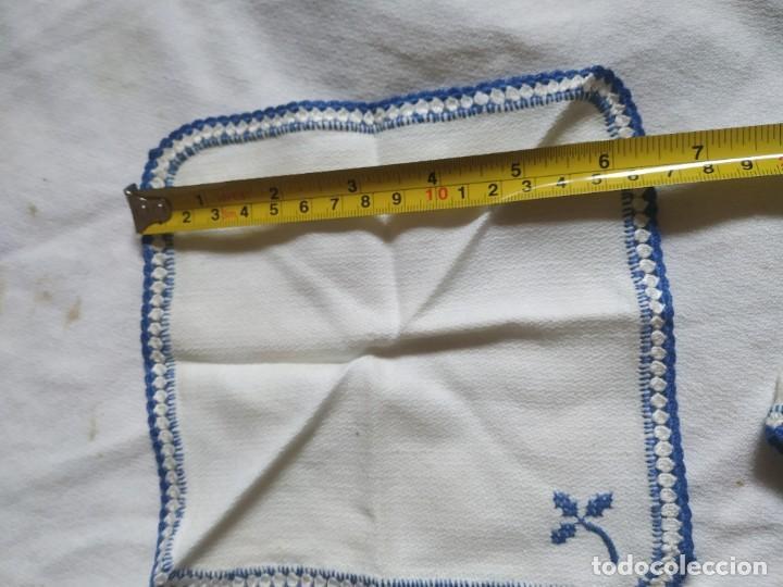 Antigüedades: Antiguo mantel bordado a mano, punto de cruz. 7 servilletas a juego. 122 x 105 cm - Foto 12 - 268439809