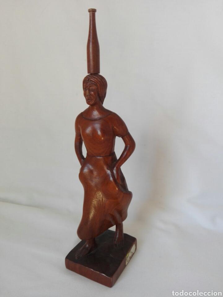 Antigüedades: Figura talla de madera maciza mujer bailando con botella en la cabeza Paraguay - Foto 2 - 268596104