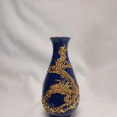 Antigüedades: PRECIOSO JARRÓN CHINO CON DRAGÓN EN RELIEVE REALIZADO EN METAL DORADO. Lote 268605779