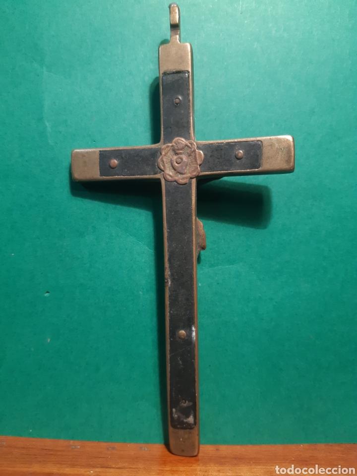Antigüedades: Antiguo crucifijo de bronce y madera de anilla vuelta del s.XVIII - XIX MIDE 13 CENTÍMETROS - Foto 2 - 268745779