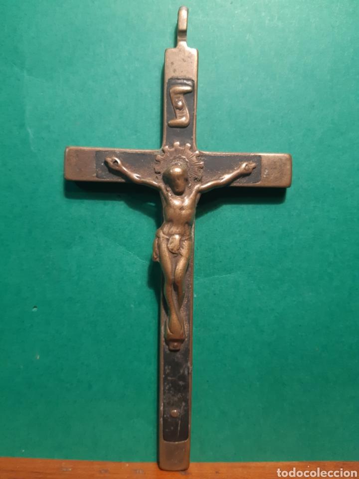 ANTIGUO CRUCIFIJO DE BRONCE Y MADERA DE ANILLA VUELTA DEL S.XVIII - XIX MIDE 13 CENTÍMETROS (Antigüedades - Religiosas - Crucifijos Antiguos)