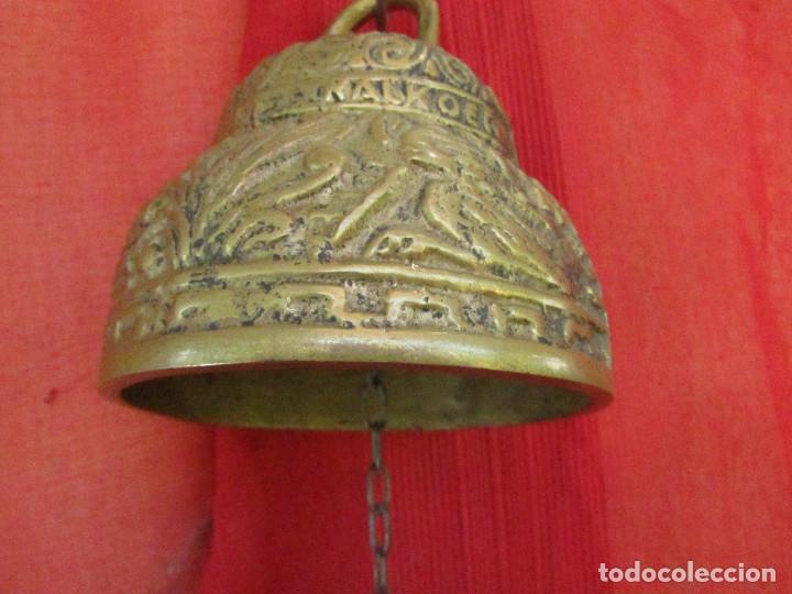 Antigüedades: Campana antigua de bronce. Flores , hojas relieve. 2 kgs. Cadena hierro - Foto 5 - 268748739