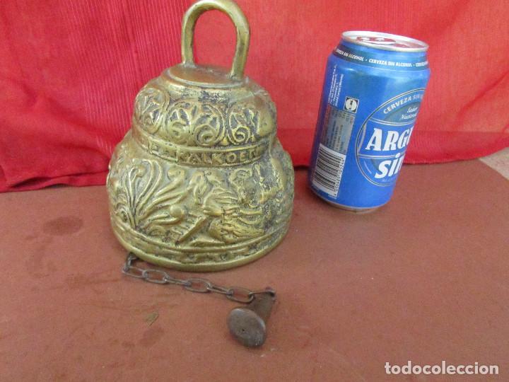 CAMPANA ANTIGUA DE BRONCE. FLORES , HOJAS RELIEVE. 2 KGS. CADENA HIERRO (Antigüedades - Hogar y Decoración - Campanas Antiguas)