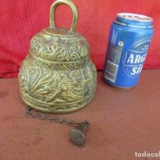 Antigüedades: CAMPANA ANTIGUA DE BRONCE. FLORES , HOJAS RELIEVE. 2 KGS. CADENA HIERRO. Lote 268748739