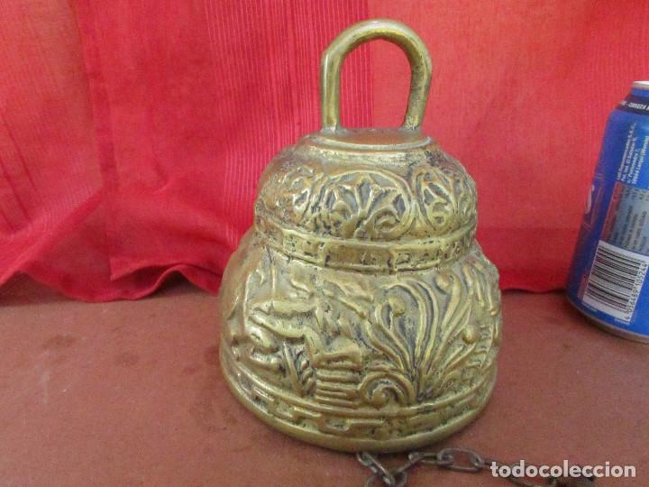 Antigüedades: Campana antigua de bronce. Flores , hojas relieve. 2 kgs. Cadena hierro - Foto 8 - 268748739