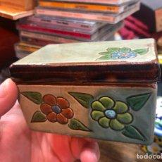 Antigüedades: CAJA JOYERO PASTILLERO DE CERAMICA - MEDIDA 9X6X5 CM. Lote 268749469