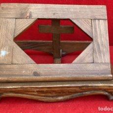 Antigüedades: ATRIL EN MADERA PARA BIBLIA DE 34 X 26 CMS. PLEGABLE MUY BONITO. Lote 268764454