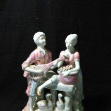 Antigüedades: BONITO CONJUNTO DE PORCELANA ESCENA GALANTE ,ESMALTES VIDREADO COLORES ROSA Y METALICOS. Lote 268778979