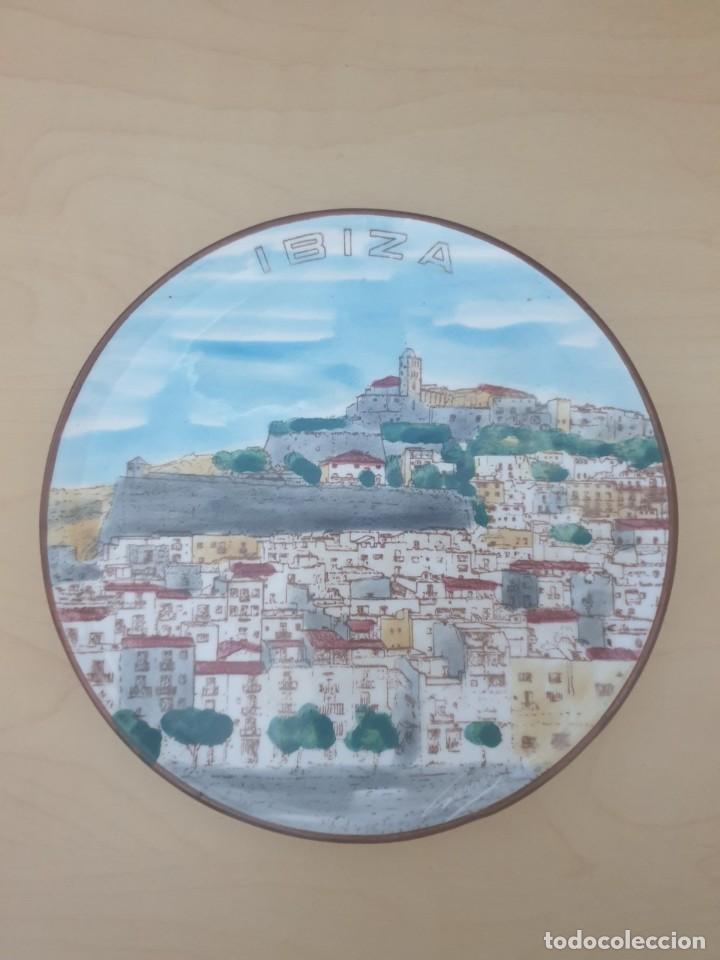 PLATO DE CERÁMICA IBIZA, FIRMADO (Antigüedades - Hogar y Decoración - Platos Antiguos)